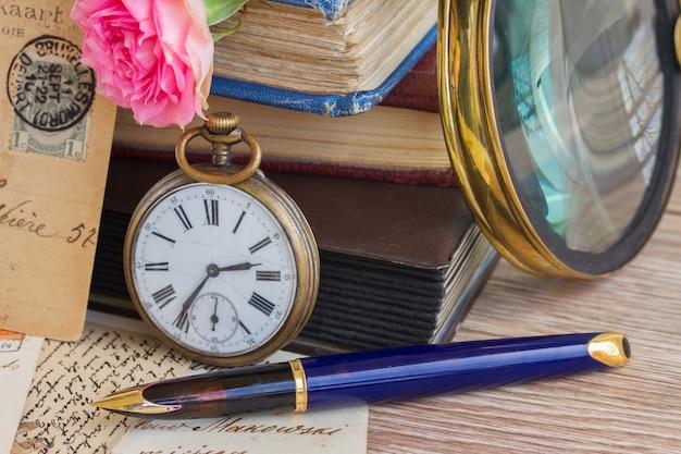 빈티지 책과 편지 배경에 골동품 회중 시계