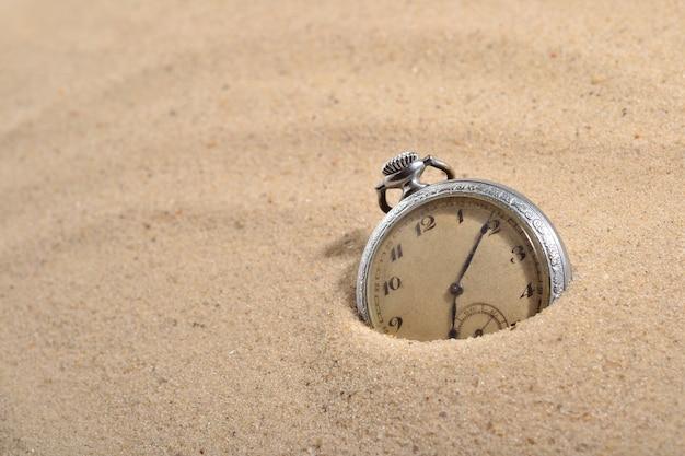 모래에 골동품 회중 시계