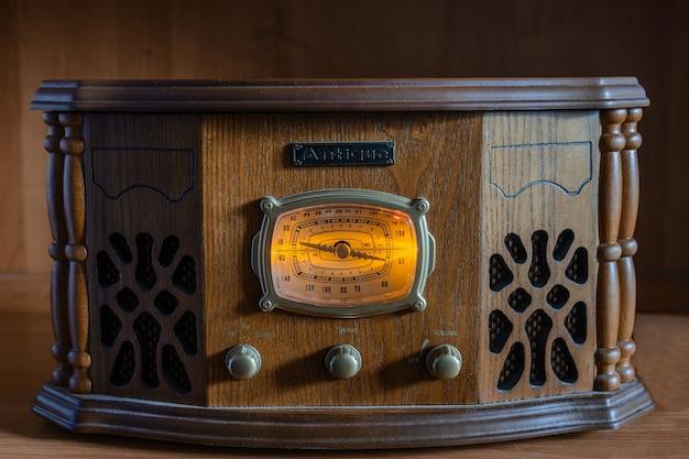 木製のヴィンテージの背景にアンティークラジオ