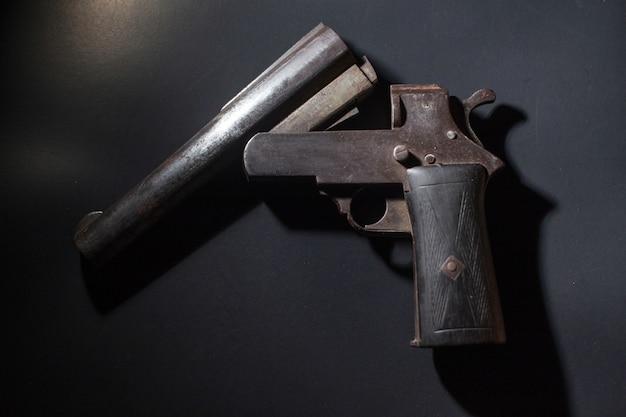 Античный револьвер, изолированных на черном
