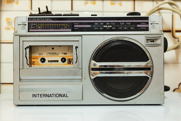 내부에 테이프가 있는 골동품 은색 카세트 라디오. 빈티지 밀레니엄 어린 시절. 80년대와 90년대.