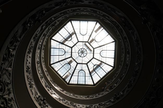 イタリア、ローマのバチカン美術館のアンティークのらせん階段とガラスの天井