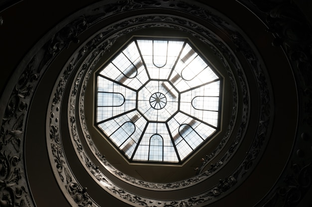 Antiche scale a chiocciola e il soffitto di vetro nei musei vaticani, roma, italia
