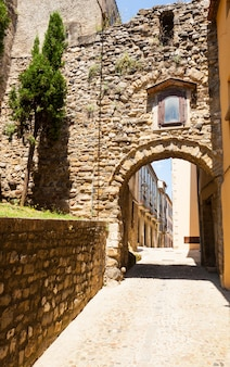 Strada antica con arco