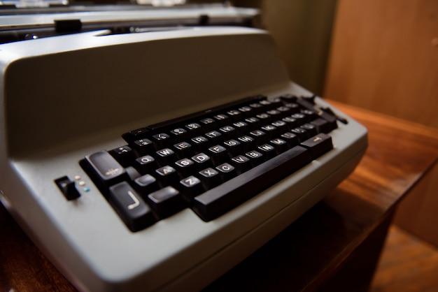 Старинная пишущая машинка. винтажная машинка пишущая машинка крупным планом фото.
