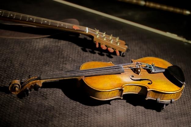 Античная скрипка на темном фоне. ретро музыкальный инструмент.