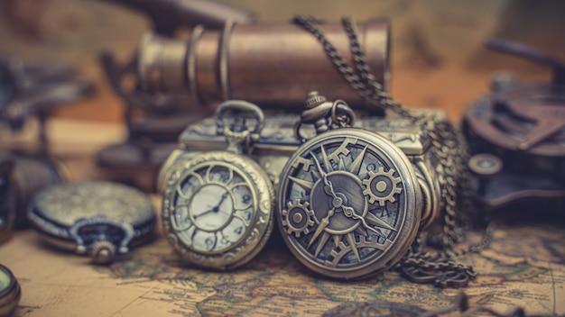 세계 지도에 골동품 시계