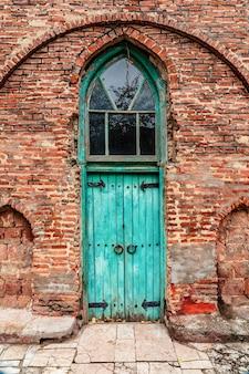 모스크 입구의 골동품 나무 문