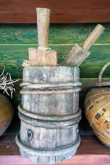 アンティークの木製ヴィンテージバケツ。古代の博物館の作品。