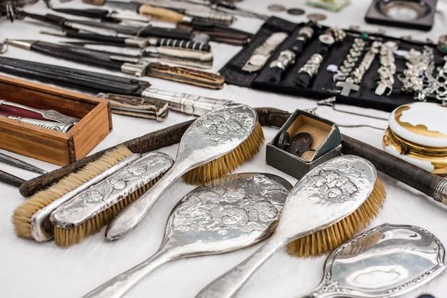 骨董品市場のオブジェクトの品揃え