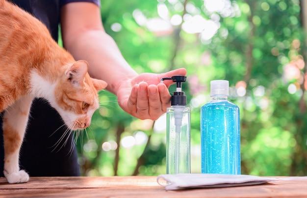 Антисептический гель для рук на спирте. мытье рук для защиты от вируса короны и остановки распространения covid-19. новая нормальность и жизнь после блокировки дома.