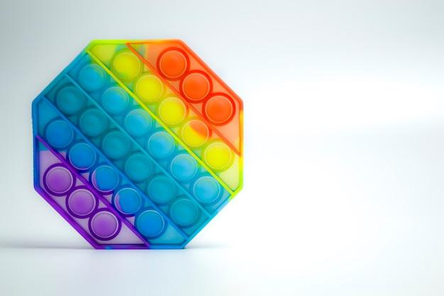 Antistress 장난감 팝 그것 안절부절 흰색 배경에 고립