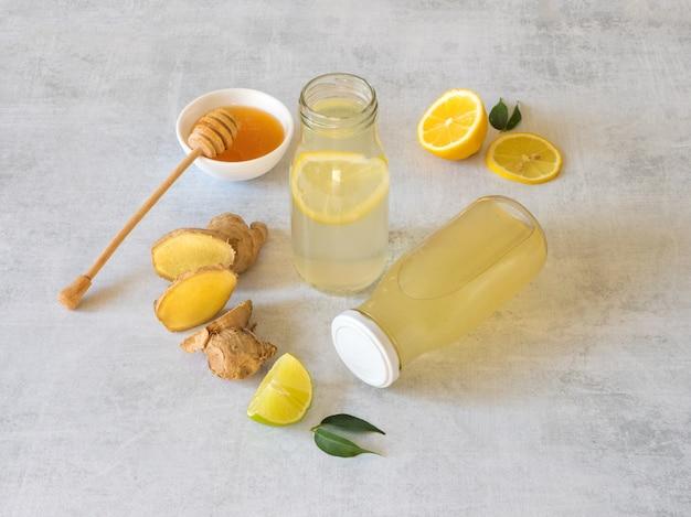 レモン、蜂蜜、ショウガの根を含む抗ウイルス飲料、免疫力の概念の強化