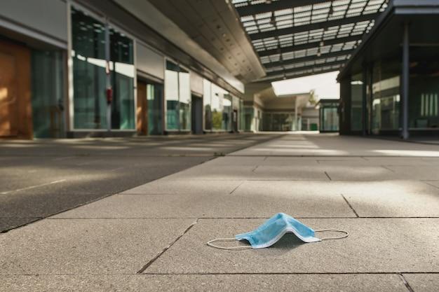빈 버려진 시장 쇼핑몰의 바이러스 백신 마스크