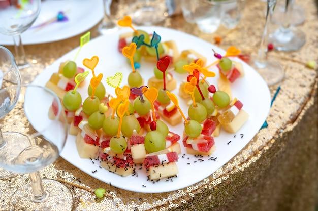 개미는 뷔페 클로즈업에서 음식을 먹습니다.