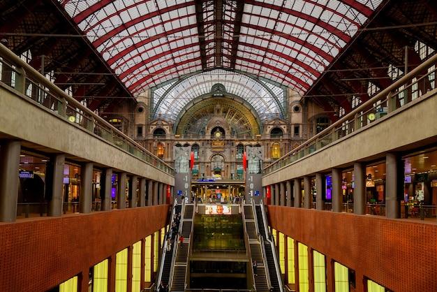 Антверпен, бельгия - 2 октября 2019 г .: интерьер монументального центрального железнодорожного вокзала в антверпене (центральный вокзал антверпена), бельгия.