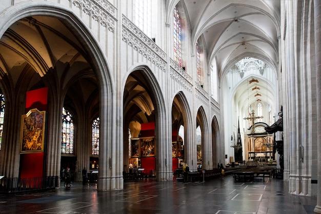 앤트워프, 벨기에 - 2019년 10월 2일: 벨기에 플랑드르 지역 앤트워프의 노트르담당 대성당의 인테리어, 그림 및 세부 사항
