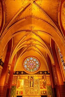 Антверпен, бельгия - 2 октября 2019 года: интерьеры, картины и детали собора нотр-дам д'анверс в антверпене, фламандский регион, бельгия