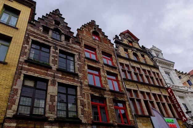 Антверпен, бельгия - 2 октября 2019 г .: старые исторические здания на улицах антверпена, фламандский регион, бельгия
