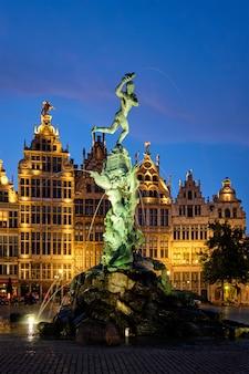 アントワープグロートマルクト、有名なブラボー像と夜、ベルギーの噴水