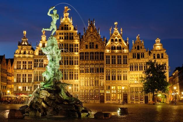 アントワープグロートマルクトと有名なブラボー像と夜、ベルギーの噴水