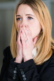 Беспокойная и напряженная женщина
