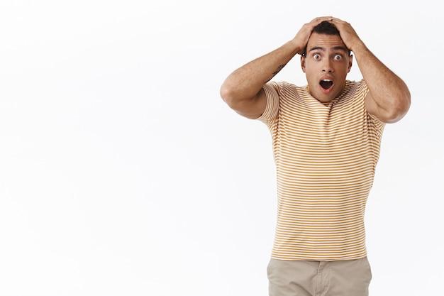 心配して、心配している若い男のギャンブラーは、問題を抱えて動揺しているように見えます