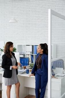 不安な女性起業家が、パンデミックによる経済危機を克服する方法について話し合っています...