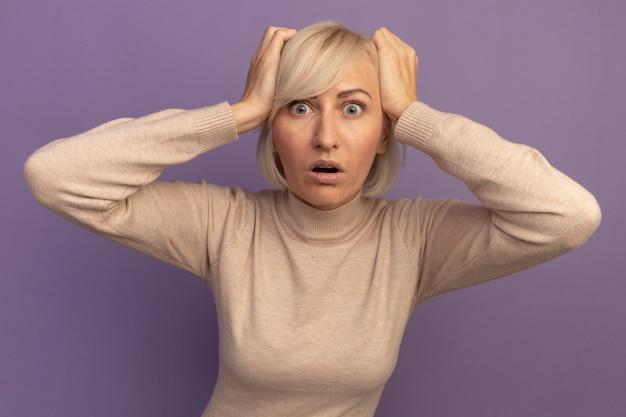気になるかなり金髪のスラブ女性が紫に頭を置く