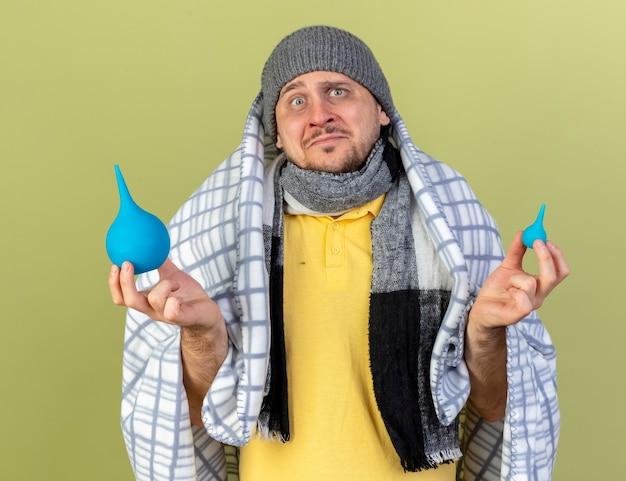 겨울 모자와 스카프를 착용 불안 젊은 금발 아픈 슬라브 남자
