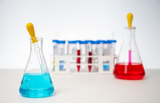 Любой из различных инструментов и контейнеров, используемых в экспериментах на белом фоне.