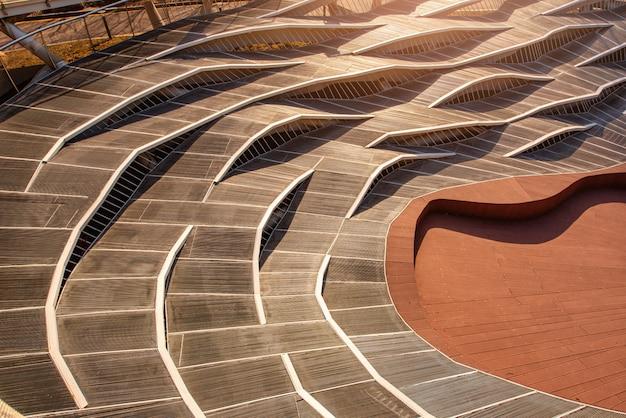 Архитектура дорожки на заходе солнца в общественном парке искусства anyang, южной корее.
