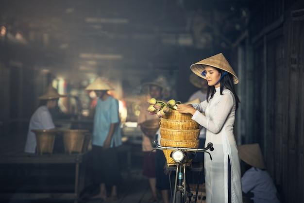 ベトナムao daiベトナムの美しい女性伝統的なドレス市場でコンセプトポートレートao