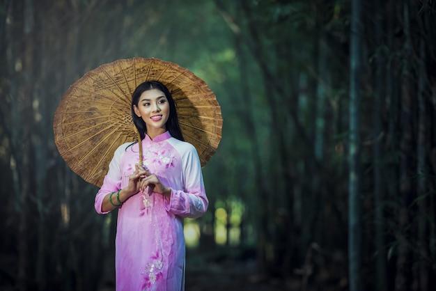 아오자이는 베트남 여성을위한 유명한 전통 의상입니다