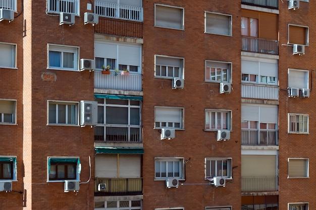 スペイン、マドリッドの換気設備付きアパートブロックビル。