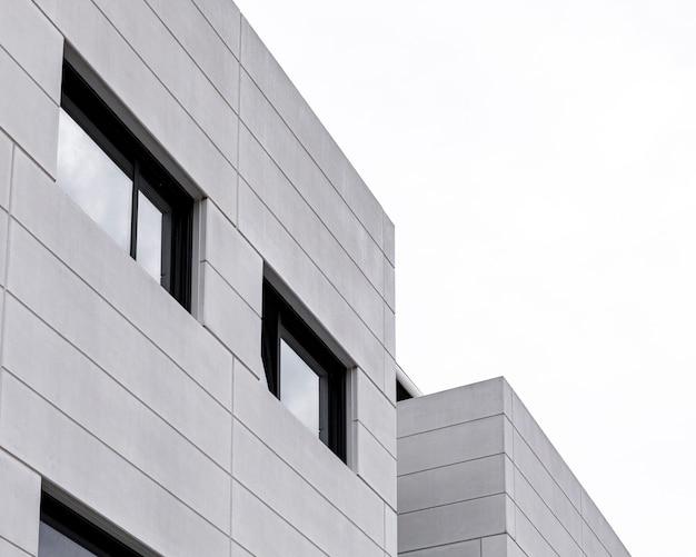 맑은 하늘과 도시의 아파트 건물