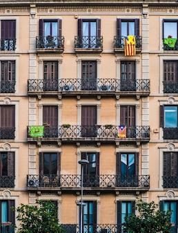 Фасад квартиры с испанским флагом.