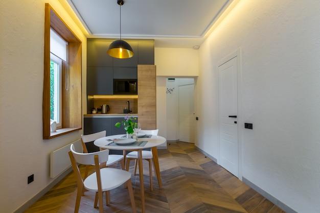 아름다운 가구를 갖춘 아파트 로프트 스타일의 객실