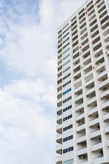 흰 구름에 아파트 또는 콘도 발코니.