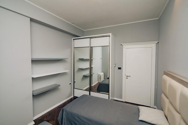 침대와 옷장이있는 아파트