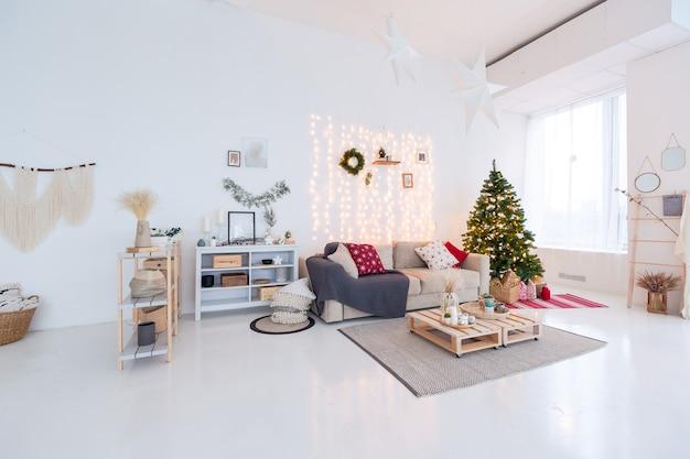 흰색 바닥과 벽이있는 심플한 아파트입니다. 크리스마스 트리 장식.
