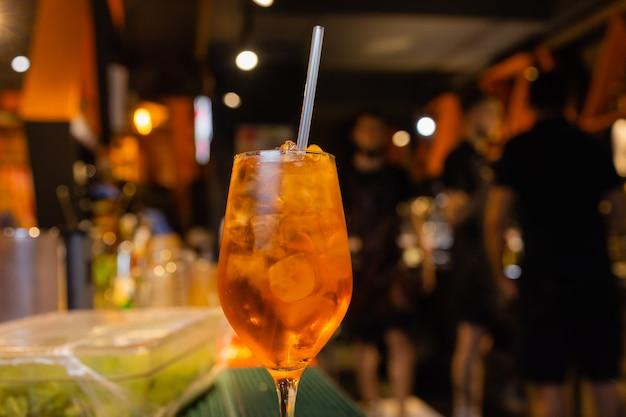Aperolspritzカクテルアイスキューブとオレンジのバーカウンターをベースにしたアルコール飲料。