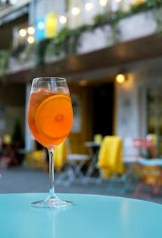 Aperol spritzカクテル-レストランの背景にあるアルコール飲料