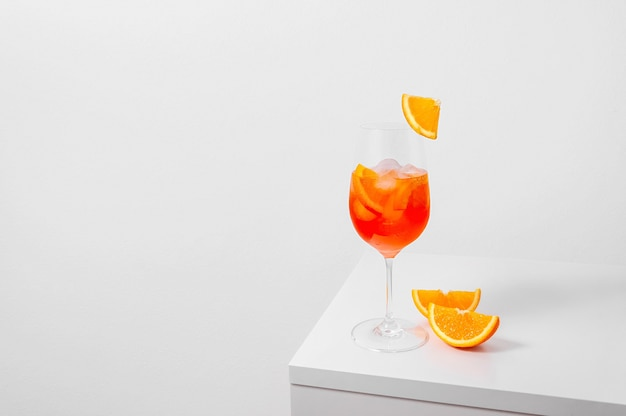 흰색 바탕에 얼음과 오렌지와 유리에 aperol 분출 칵테일
