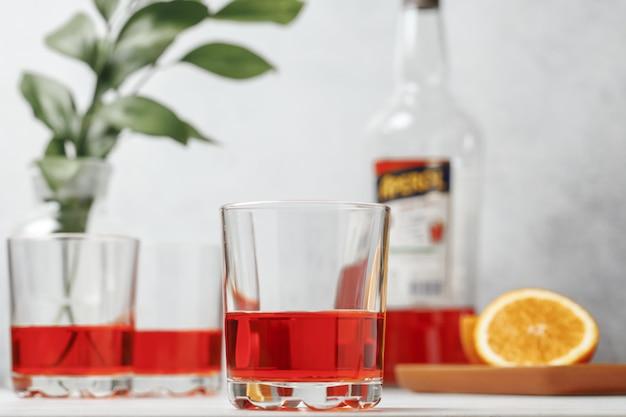 Коктейль aperol spritz в стакане с апельсинами. летний итальянский свежий алкогольный холодный напиток