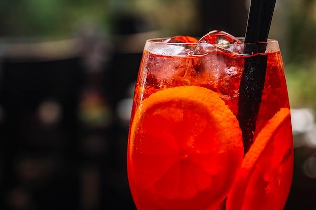 Aperol spritz affettato arancione prosecco ghiaccio vista laterale