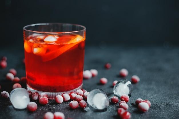 氷とクランベリーのアペロールスプリッツ