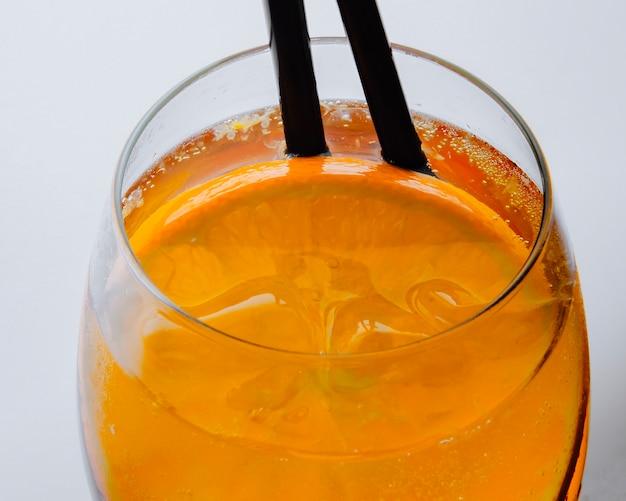 Aperol spritz con vista laterale arancione