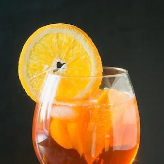 Классический итальянский коктейль aperol spritz на темные.
