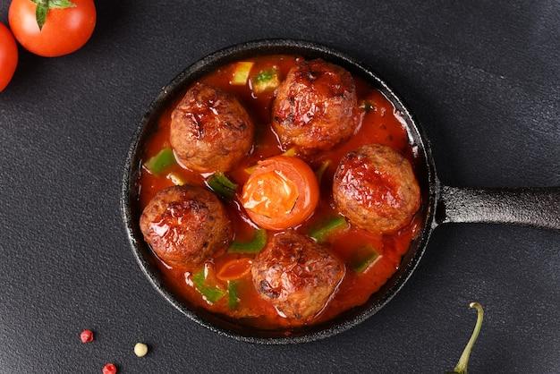 Апетитос тушеные котлеты в томатном соусе на сковороде.